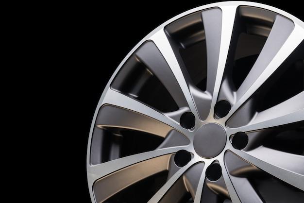 Auto lichtmetalen velg close-up, mooi design van glad gebogen spaken, mat grijze kleur