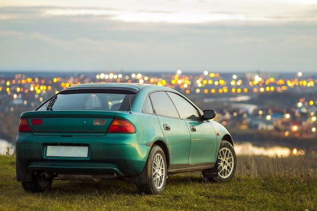 Auto met wazig heldere stadslichten achter