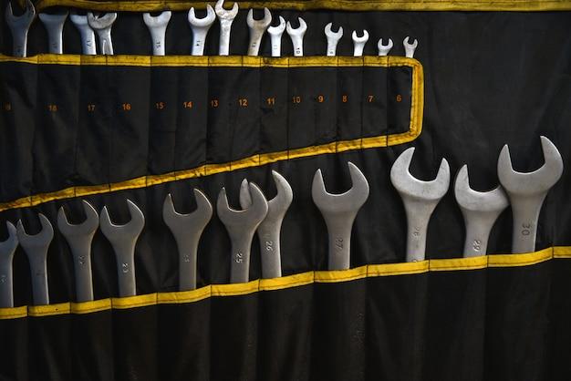 Auto metalen sleutels in een set aan de muur