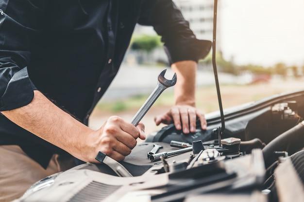 Auto monteur werken in de garage technicus handen van auto-monteur werken in auto-reparatie