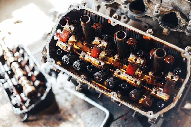 Auto motor in de garage