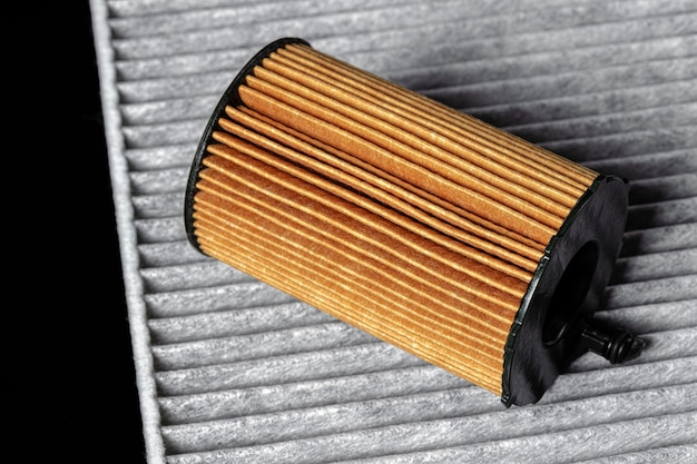 Auto motorfilter op donkere achtergrond, close-up.