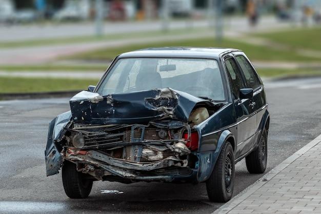 Auto na het ongeval, close-up. kapotte motorkap, gevolgen van onoplettendheid op de wegen.