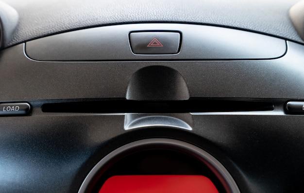 Auto-noodknop en cd / dvd-speler in de bestuurdersplaats.