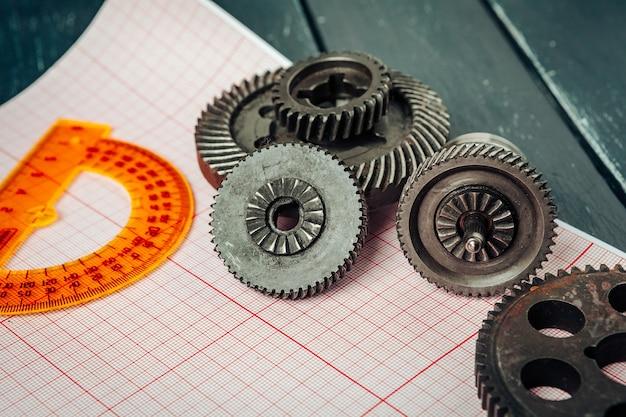 Auto-onderdelen op ruitjespapier close-up engineering concept