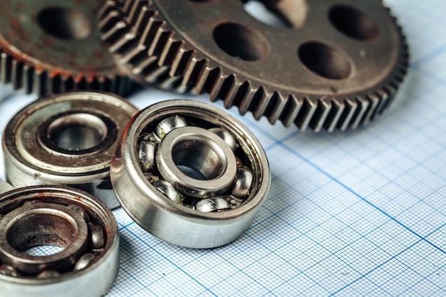 Auto-onderdelen op ruitjespapier voor autotechniek