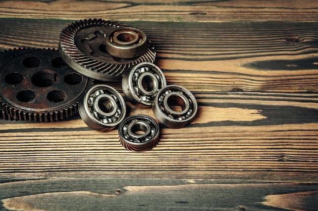 Auto-onderdelen tandwielen en lagers op houten