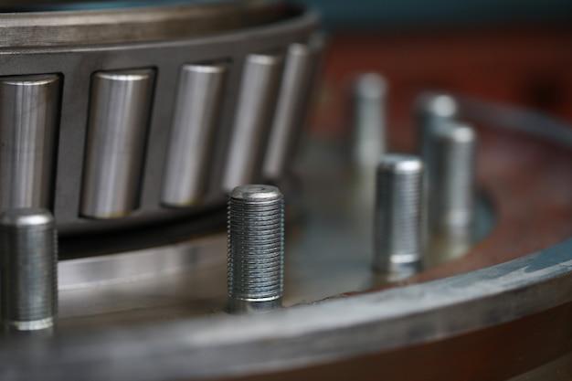 Auto-onderdelen van gedemonteerde auto in autoreparatiewerkplaats