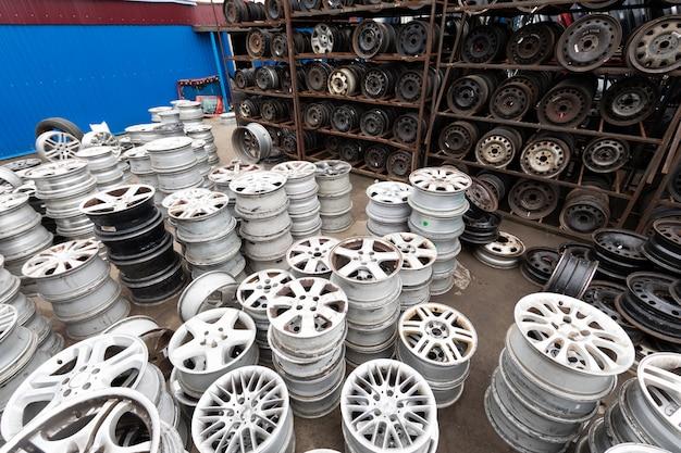 Auto-onderdelenmarkt. auto wielen zijn op de grond.