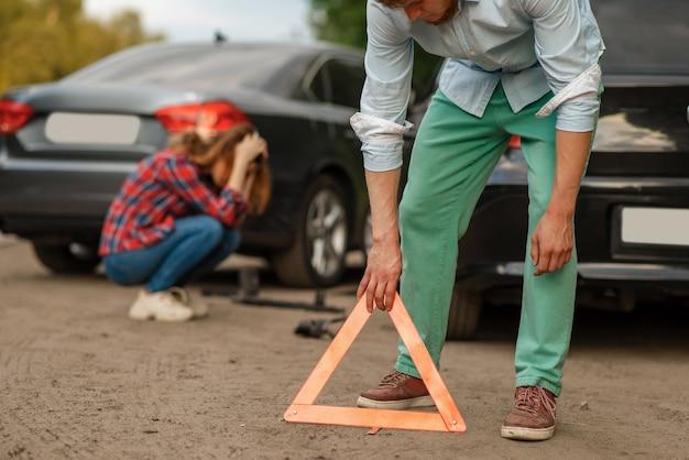 Auto-ongeluk op de weg, mannelijke en vrouwelijke chauffeurs