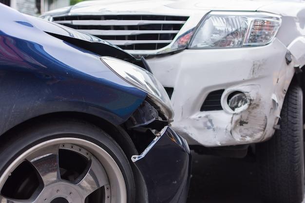 Auto-ongeluk van auto-ongeluk op de weg in een stad