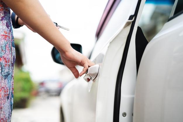 Auto ontgrendelt het externe punt om de deur te openen