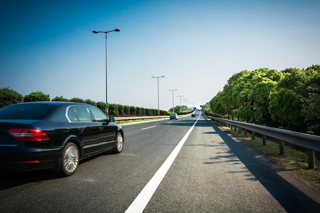 Auto op de asfaltweg in de zomer