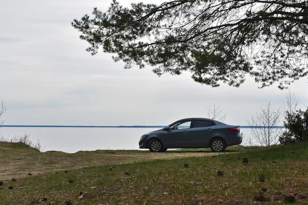 Auto op de oever van de rivier