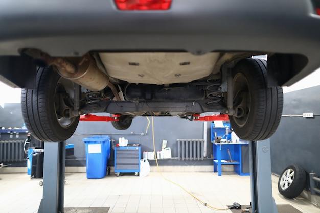 Auto op lift voor inspectie bij autoservicecentrum