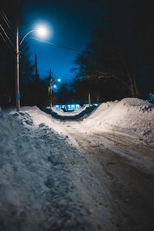 Auto op weg bedekt met sneeuw overdag