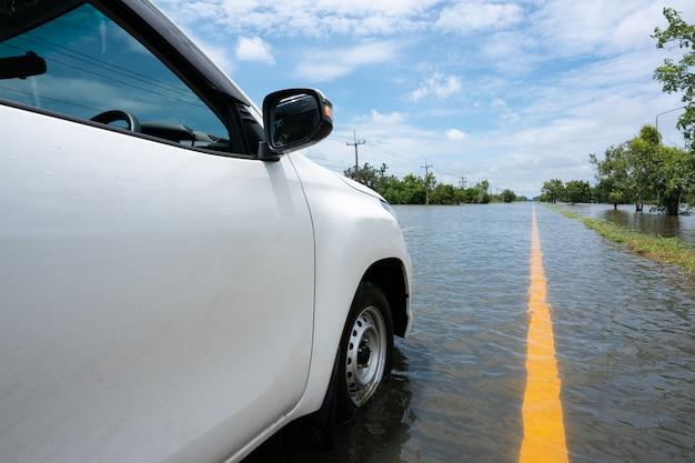 Auto parkeren op een enorme overstromingsweg