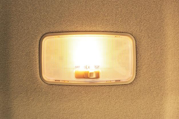 Auto plafondlamp op interieur met ingeschakeld.