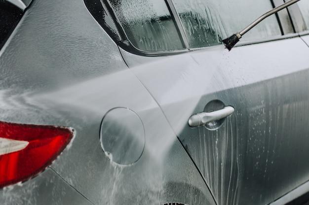 Auto reinigen met hogedrukwater.