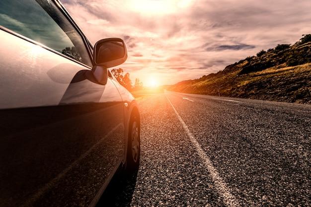 Auto reizen door een zonnige weg