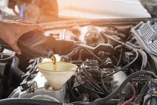 Auto reparatie motorolie bijvullen machine