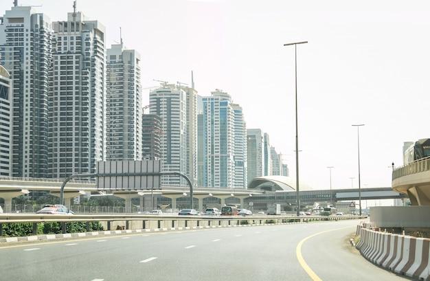 Auto rijden in big city dubai uae met verkeer op de snelweg