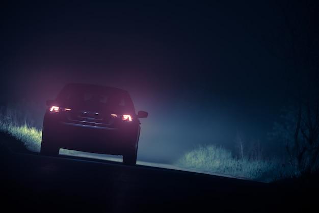 Auto rijden in dichte mistige omstandigheden.