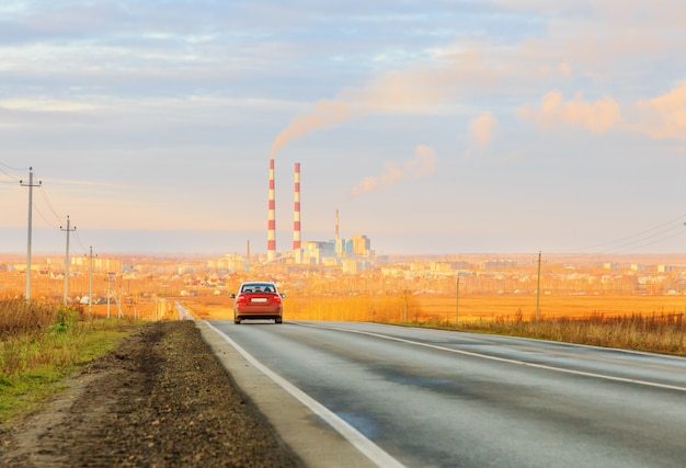 Auto rijden op asfaltweg