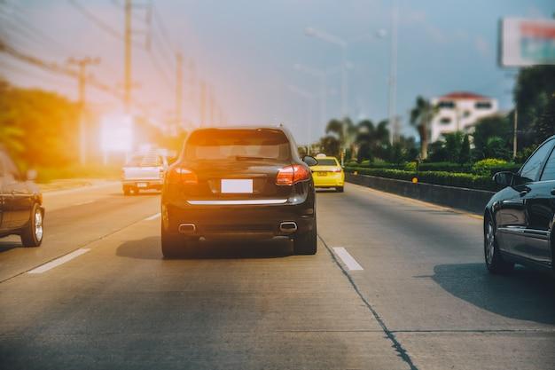 Auto rijden op de weg, auto geparkeerd op de weg