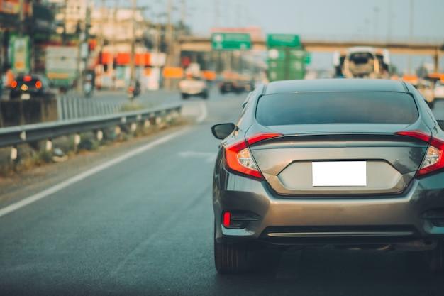 Auto rijden op de weg en kleine personenauto stoel op de weg gebruikt voor dagelijkse ritten