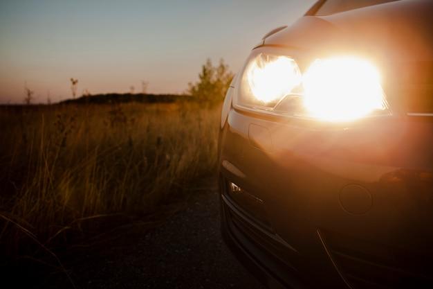 Auto rijden op de weg met koplampen aan