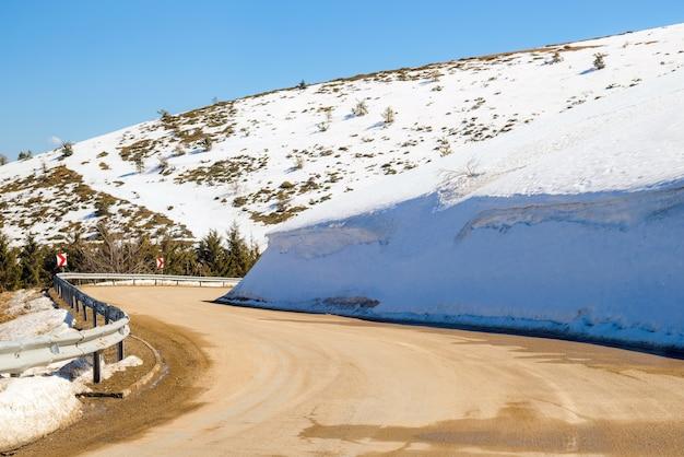 Auto rijden op smalle weg in beklemeto passeren, balkan bergen, bulgarije.