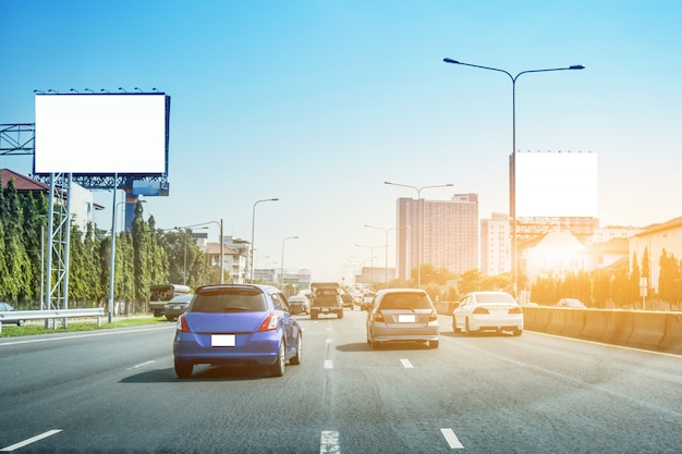 Auto rijden op straat bij zonsondergang