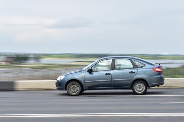 Auto rijdt over brug