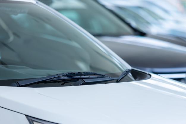 Auto ruitenwisser voor nieuwe auto's in de showroom