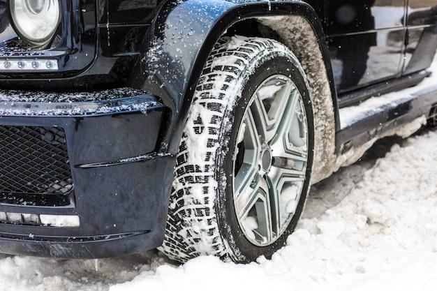 Auto's bedekt met sneeuw