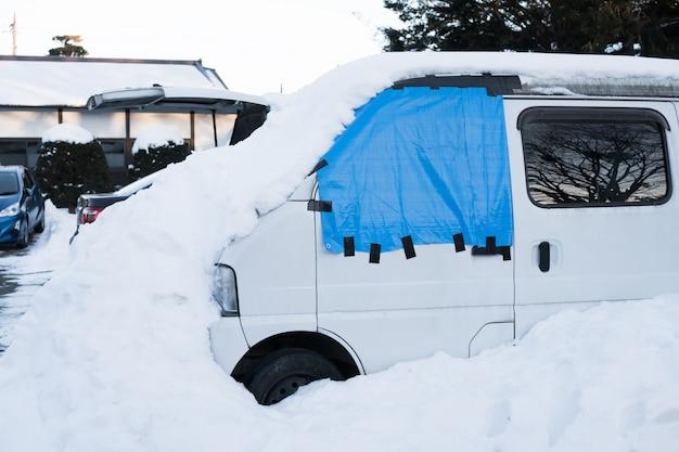 Auto's bedekt met verse witte sneeuw in japan