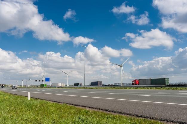 Auto's en vrachtwagens op de snelweg, snelle toegang tot overal ter wereld