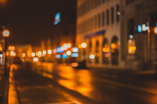 Auto's geparkeerd aan de kant van de weg tijdens de nacht