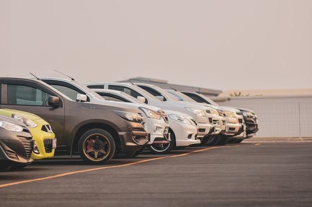 Auto's geparkeerd in rij in parkeerterrein