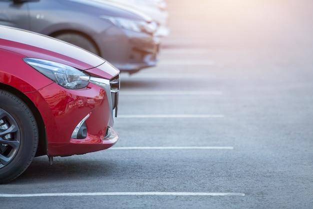 Auto's geparkeerd op de parkeerplaats, close-up. auto's te koop voorraadlot rij. inventaris van autodealers.