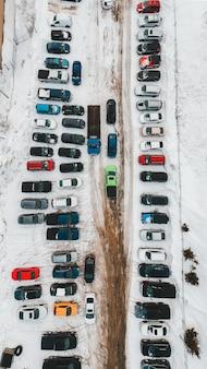 Auto's geparkeerd op parkeerplaats overdag