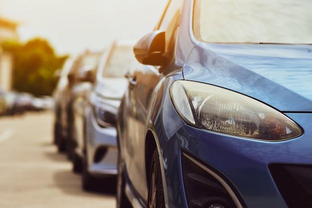 Auto's geparkeerd op weg