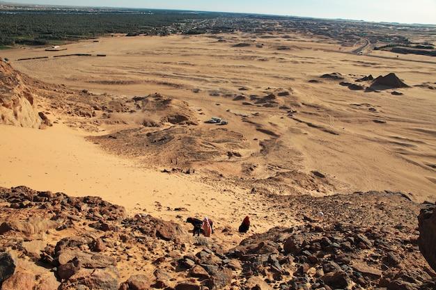 Auto's in de woestijn sahara in soedan