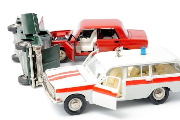 Auto's in ongeval op een witte achtergrond en ambulance auto