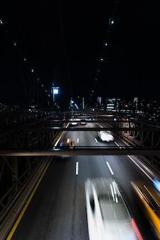 Auto's op brug bij nacht met motieonduidelijk beeld
