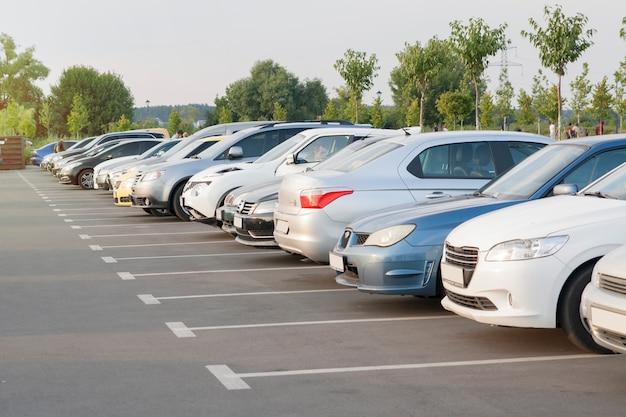 Auto's op een parkeerplaats in het avondlicht van de zon