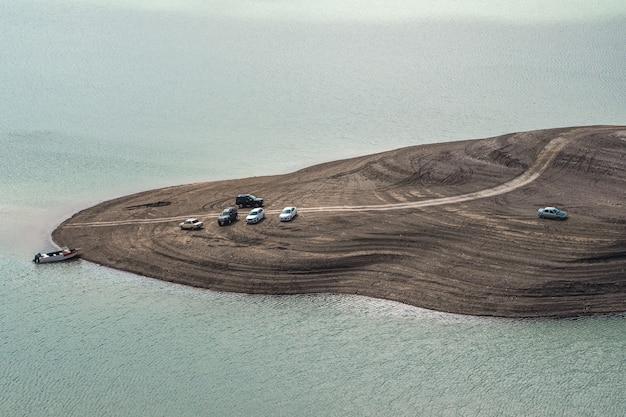 Auto's op het strand. uitzicht op afstand. chirkeyskoe-reservoir, dagestan.
