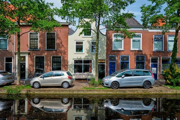 Auto's op kanaaldijk in straat van delft delft nederland