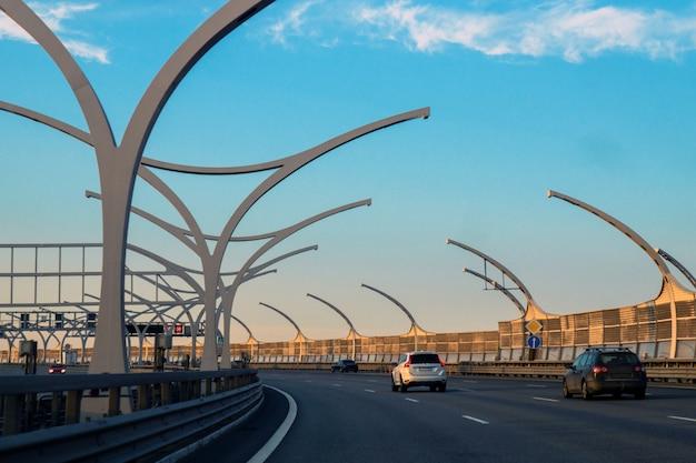 Auto's reizen op de snelweg op een zonnige zomerdag